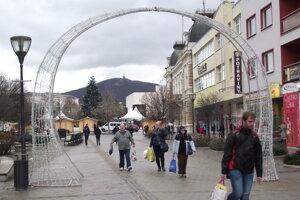 Vlani stála svetelná brána pred hotelom, teraz ju posunú k hudobným hodinám.
