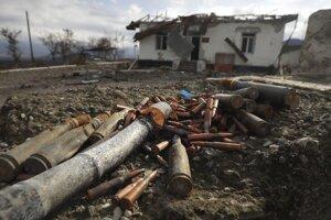 Nevybuchnutá munícia porozhadzovaná v zničenom muničnom sklade v azerbajdžanskom meste Aejgestan, na predmestí Stepanakertu v samozvanom regióne Náhorný Karabach.