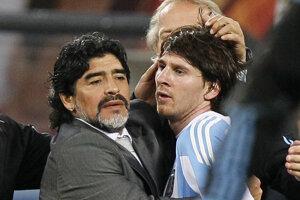 Na archívnej fotografii z 3. júla 2010 Maradona utešuje Lionela Messiho po štvrťfinálovom futbalovom zápase medzi Argentínou a Nemeckom na štadióne Green Point v juhoafrickom Kapskom Meste.