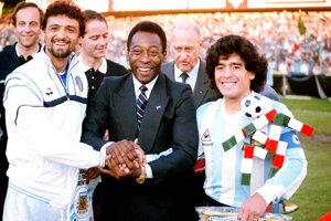 Diego Maradona (vpravo) spolu s Pelém. Na archívnej snímke z 10. júna 1987