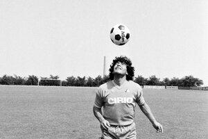 Na archívnej fotografii z 25. júla 1984 tréning v Neapole.