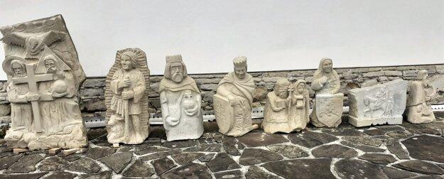 Sochy patrónov rímsko-katolíckych kostolov, ktoré vytesali kamenári na jubilejnom 15. ročníku plenéra Návraty kbielopotockému kameňu.
