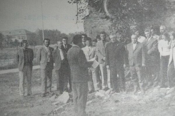 Účastníci slávnostného zahájenia výstavby športovej haly dňa 17. novembra 1976 na Bernolákovej ulici vTopoľčanoch.