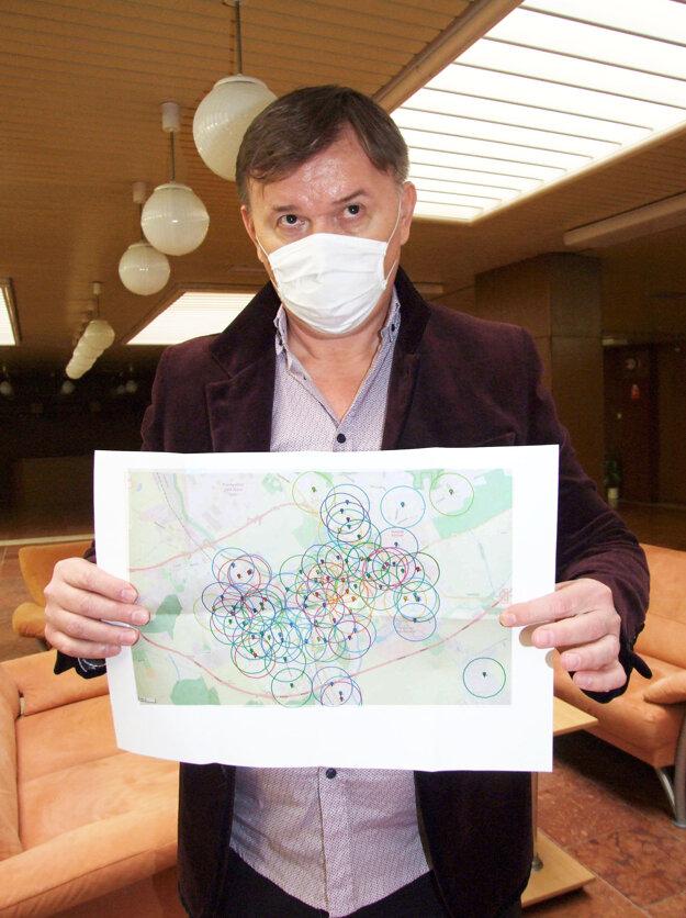 Majiteľ kasín Róbert Vystavil s mapou, kde sú zakreslené zariadenia, pri ktorých nesmie byť v okruhu 500 metrov hazard.