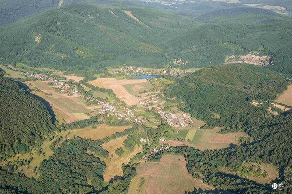 Šiatorská  Bukovinka sa nachádza tesne pri hranici s Maďarskom, ale hlavne v Cerovej vrchovine, ktorá ponúka pre turistov veľa možností.