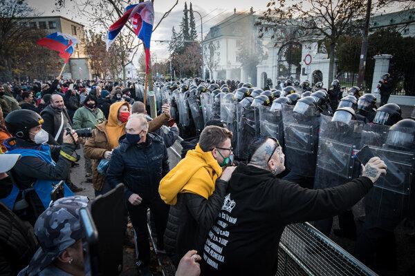Protest pred Úradom vlády, 17. novembra 2020.