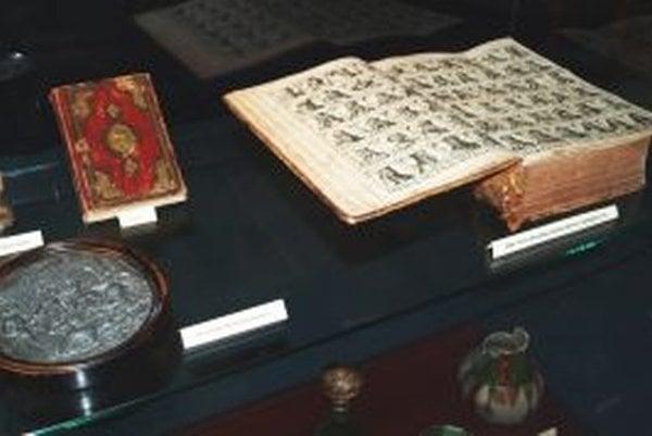 Exponáty výstavy - zľava cínový reliéf, Korán a kniha Ortelius Redivivus et Continautus, ktorá popisuje uhorské dejiny a panovníkov.