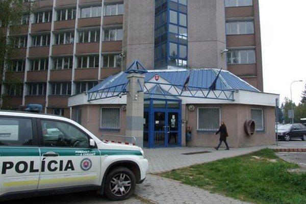 Okná na prízemí policajnej budovy sú zamrežované.