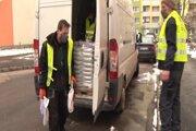 Pracovníci MEPOS-u rozvážali v utorok popoludní posypovú soľ.