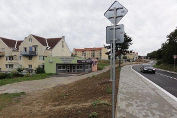 Z bytoviek na Golianovu sa dá dostať len kilometrovou okľukou. Alebo cez blatistý a nerovný terén.
