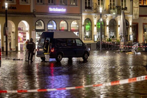 Polícia na mieste, kde muž autom zrážal ľudí.