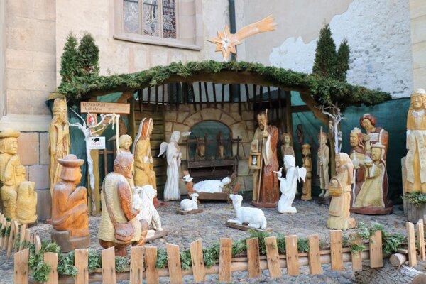 Autor betlehemu Juraj Antoňák ukryl medzi drevené postavy aj svojich vnukov.