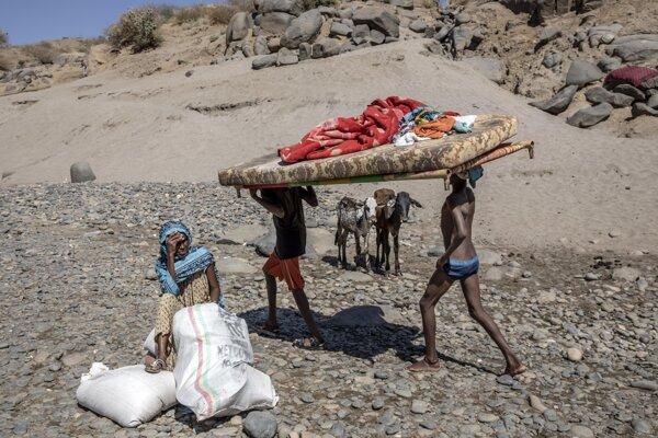 Utečenci na si nesú nábytok pri rieke Tekeze pri hranici Etiópie a Sudánu.