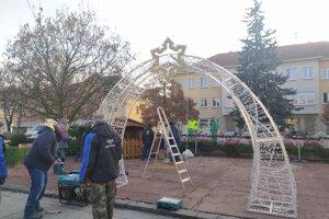 V Nových Zámkoch vytiahli vianočnú výzdobu.