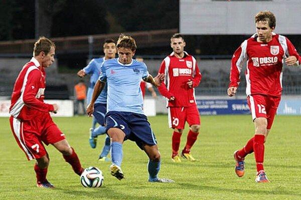 Marek Tomiš (vľavo), odchovanec nitrianskeho futbalu, vyrovnal v nadstavenom čase na 2:2.