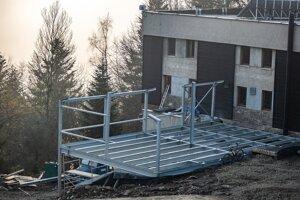 Prístavba terasy v bufete na Lysej.