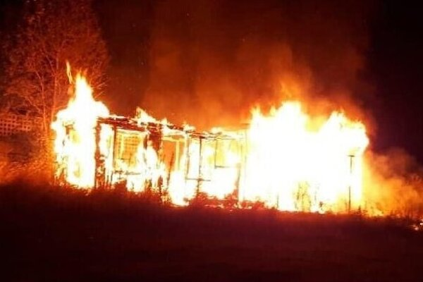 Vlaňajší požiar unimobuniek na pláži pri priehrade Ružiná.