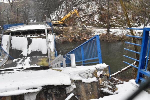 K spadnutému mostu razia cestu pilčíci.