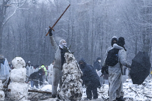 Polícia zasiahla proti demonštrantom vodným delom aj napriek nízkym teplotám.
