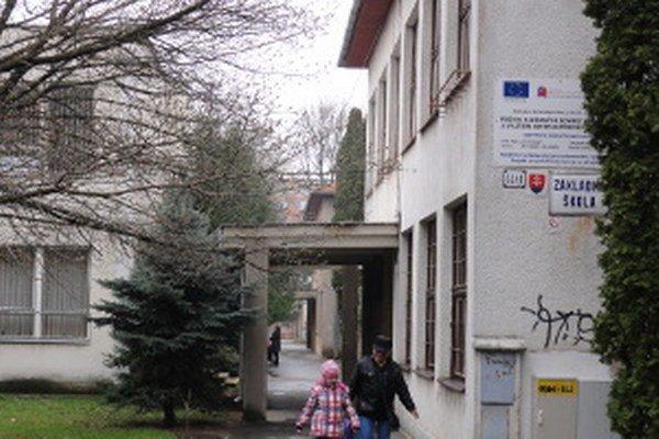 Do škôl v Zlatých Moravciach nastúpilo tento školský rok 1370 žiakov. Na snímke je najväčšia mestská škola na Mojmírovej ulici.