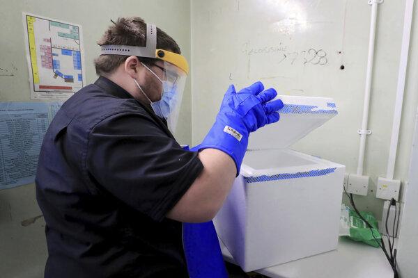Tento týždeň má mať Veľká Británia k dispozícii prvých 800-tisíc vakcín.
