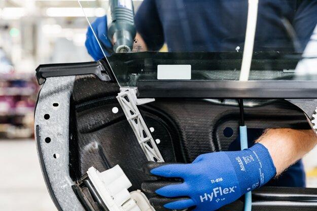 Vodiaca lišta sťahovania okien v BMW i8 z 3D tlačiarne.