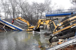 Búranie spadnutého mosta pri Kysaku.