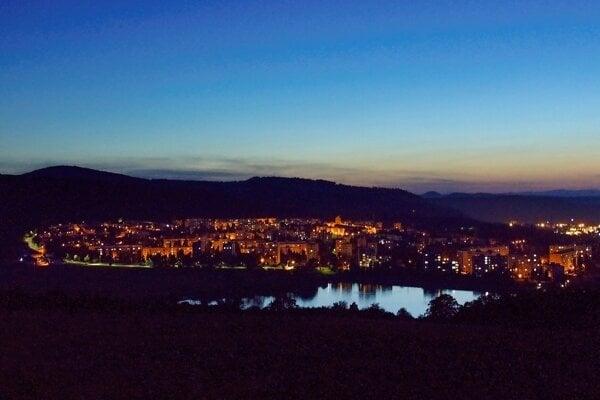 Nočná zvolenská priehrada so sídliskom Sekier vo Zvolene.
