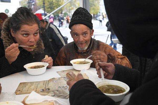 Pre chudobných varia dobrovoľníci polievku.