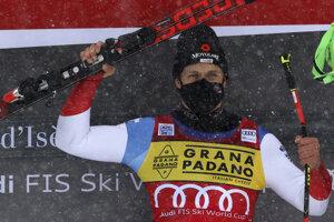Švajčiarsky lyžiar Mauro Caviezel sa teší z víťazstva.