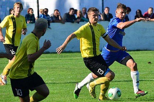 Futbalisti Nededu (v žltom) doma porazili Gabčíkovo 3:0.