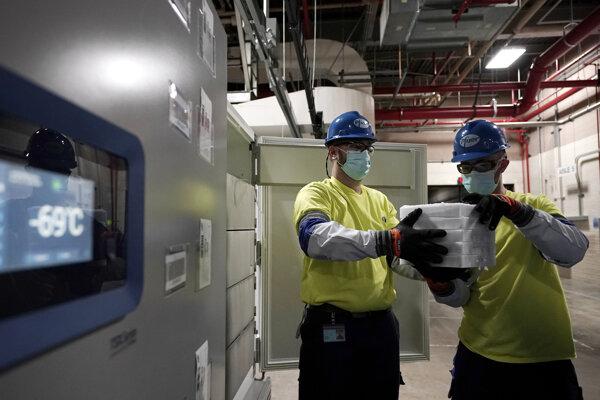 Zamestnanci pripravujú k preprave vakcíny proti COVID-19 od firiem Pfizer a BioNTech.