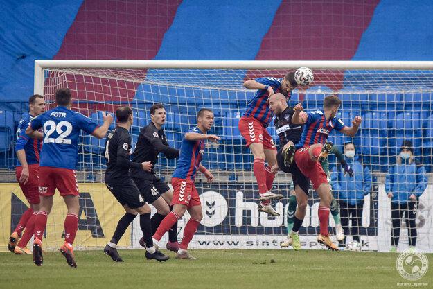 Súboj Senice so Zlatými Moravcami bol viac o súbojoch než o futbalovej kráse.