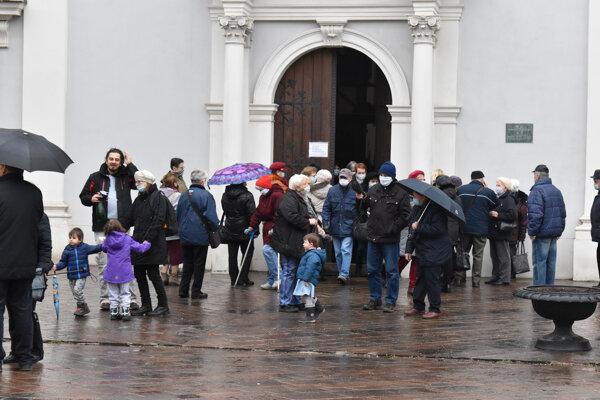 Ľudia pred františkánskym kostolom v Košiciach.