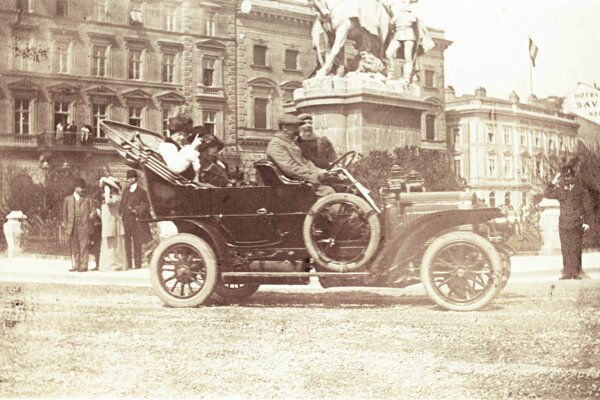 Theodor Roosevelt a gróf Apponyi pri soche Márie Terézie, 1910
