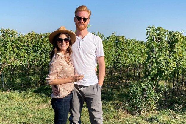 Evan Cowley so snúbenicou Annou na ochutnávke vína vo Veľkom Kýri.