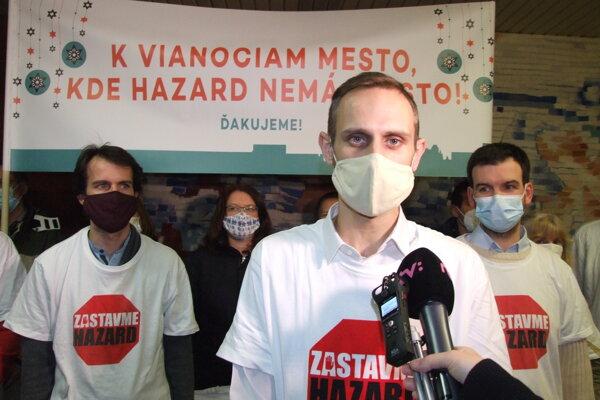 Aktivisti, vpredu stojí Matúš Libant.