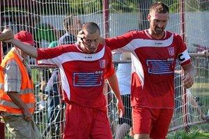 Erik Penzeš (vľavo) prijíma gratuláciu od kapitána Ľuboša Kollára.