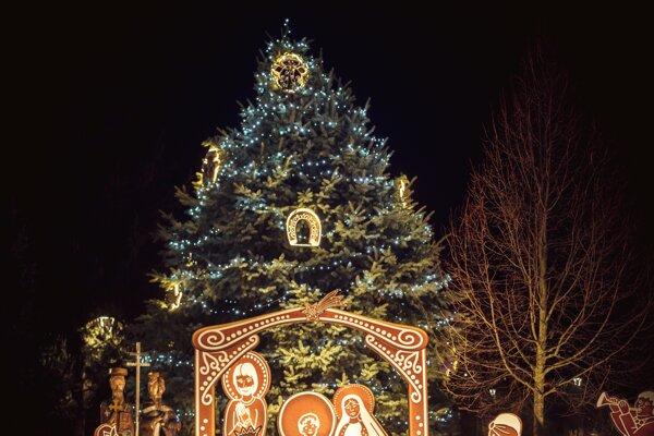 Postavy a celý príbeh zvestovania narodenia Krista sú v medovníkovom prevedení a nadživotnej veľkosti.