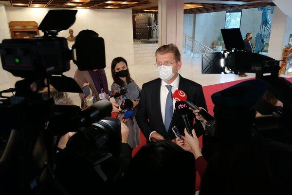 Peter Žiga pred novinármi.