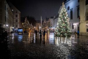 Vianočné stromčeky na námestiach sa objavili až za Prvej republiky a je za tým dojemný vianočný príbeh.