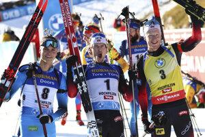 Najlepšia trojka sobotňajších stíhacích pretekov: v strede víťaz Nór Sturla Holm Laegreid, vľavo druhý Francúz Emilien Jacquelin, vpravo tretí Johannes Thingnes Bö.