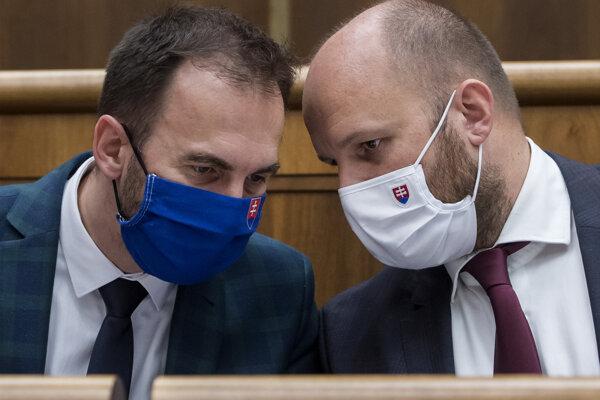 Minister obrany Jaroslav Naď a vľavo poslanec parlamentu Michal Šipoš (obaja OĽaNO).