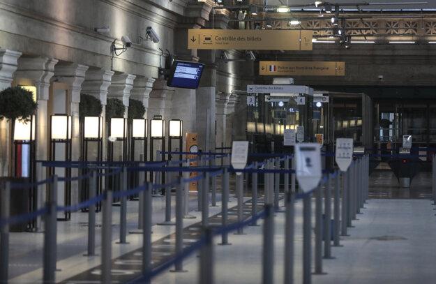 Na snímke prázdny terminál spoločnosti Eurostar na železničnej stanici Gare du Nord v Paríži.