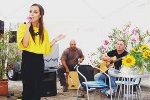 Nika Karch spieva v Letnej čitárni krajskej knižncie, sprevádzajú ju Ľuboš Korčok na gitare a Tomáš Tůma na cajone.
