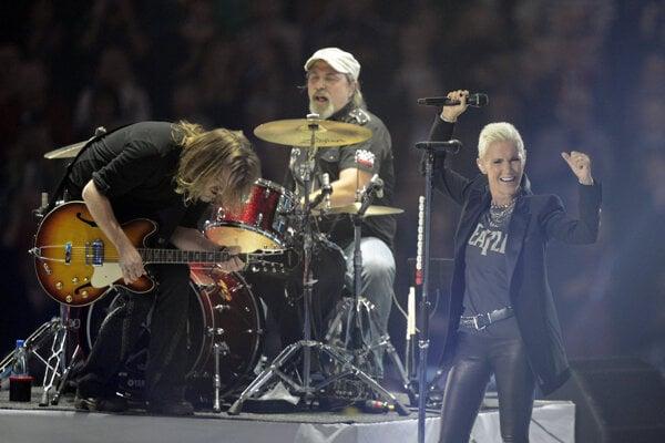 """Na archívnej snímke z 27. októbra 2012 švédska skupina Roxette vystupuje v Štokholme. Bubeník Per """"Pelle"""" Alsing zo švédskej skupiny Roxette zomrel."""