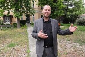 Michal Grujbár dnes asi veľa dôvodov na úsmev nemá. Tie nemá ani nemocnica, z ktorej sa za jeho éry stratilo 600-tisíc eur.