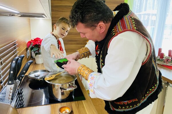 Starosta Anton Varecha pri varení štedrovečernej vilije.