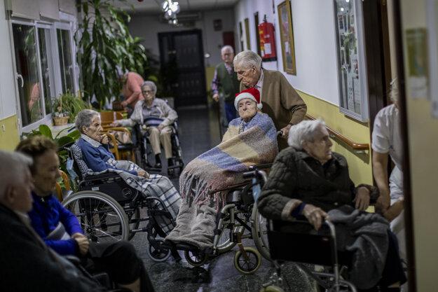 Pandémia tvrdo zasiahla sociálne domovy po celej Európe.