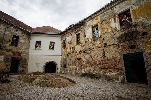 Klasicistický kaštieľ v Seredi začal po nežnej revolúcii rýchlo chátrať. Mesto na opravu nemalo peniaze, nasťahovali sa doň bezdomovci. V posledných rokoch ho opravujú dobrovoľníci zo združenia Vodný hrad, ktorým sa podarilo zrekonštruovať pôvodný bastión